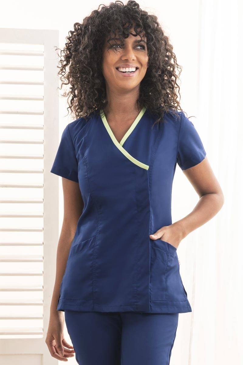 Blouse médicale femme avec liseré vert, idéale pour les cabinets médicaux, dentistes et pharmices.