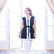 🇫🇷 Découvrez notre blouse Wells marine/blanc 👘  Ornée de bandes contrastantes aux emmanchures, devant et en bas, cette tunique à la ligne élégante et avant-gardiste offre un style chic, affirmé et très raffiné à l'esthéticienne et spa praticienne ⭐  Idéalement coupée pour vous apporter une aisance et une fluidité optimales.  Vous saurez l'apprécier de par son tissu stretch ultra doux spécialement conçu pour un usage intensif, et ne nécessitant pas de repassage.  À retrouver sur notre site internet ⬇ Lien dans la bio @beautystreetparis - 🇬🇧 Discover our Wells navy / white blouse 👘  Adorned with contrasting bands at the armholes, front and bottom, this tunic with an elegant and avant-garde line offers a chic, assertive and very refined style to the esthetician and spa practitioner ⭐  Ideally cut to bring you optimal ease and fluidity.  You will appreciate it with its ultra soft stretch fabric specially designed for intensive use, and does not require ironing.  Find it on our website ⬇ Link in bio @beautystreetparis  #beautystreetparis #esthetique #vetementsprofessionnels #bienetre #institutdebeauté #institutdebeaute #modefemme #modefemmes#workwear #workwearstyle #workwearfashion