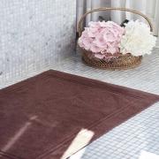 Beauty Street c'est aussi une gamme de linge dédiée aux professionnels de l'esthétique & du spa ✨  Élément de décoration par excellence, le tapis de bain est aussi un accessoire indispensable de la cabine de soins 💆♂️  Après un soin à base de crèmes ou d'eau, ou un massage aux huiles, le tapis de bain au pied de la table de massage est essentiel pour le confort de vos clients.  Les tapis éponge de notre ligne de linge professionnel sont particulièrement adaptés aux spas, instituts de beauté et thalassothérapie grâce à la qualité de la matière haut de gamme utilisée, conférant au tapis une grande douceur et une excellente longévité.  Vous pourrez l'entretenir très facilement et le coordonner selon vos envies et le style de décoration de votre lieu avec les autres pièces de la gamme éponge ✨  Pourquoi pas oser le mix & match pour assembler différents coloris de la ligne afin d'apporter votre touche  dans un contraste personnalisé.  Très prisé également par les hôteliers, ce tapis de bain ravira les clients par sa douceur et son élégante sobriété.  À découvrir directement sur notre site internet ⬇ Lien dans notre bio @beautystreetparis  #beautystreetparis #esthetique #vetementsprofessionnels #bienetre #institutdebeauté #institutdebeaute #modefemme #modefemmes #spaluxury #spas #beautyinstitute #lingecabine #lingespa #spalinen #linen #lingeprofessionnel #serviettesdebain #drapdebainpersonnalisé